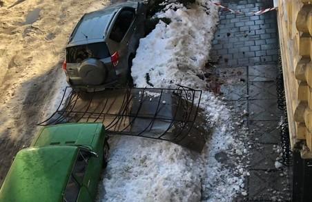 У Львові під вагою снігу на тротуар впав навіс