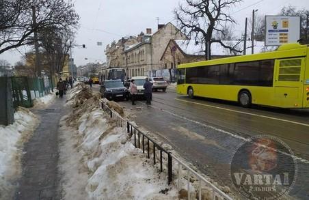 На вулиці Личаківській через ДТП зупинився рух трамваїв