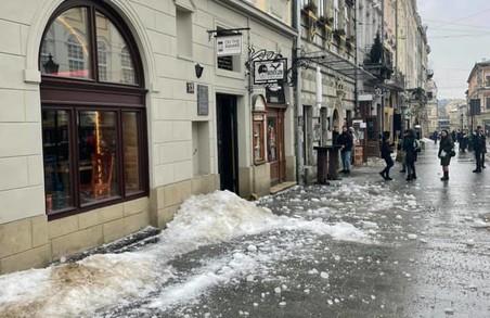 У самому центрі Львова біля трамвайної зупинки впала брила снігу і льоду