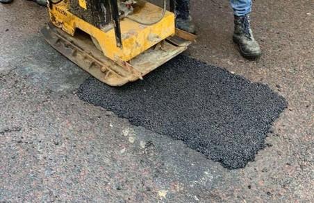 У Львові латають ями на дорогах холодним асфальтом