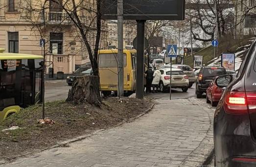 У Львові на вулиці Шота Руставелі у ДТП потрапив пасажирський автобус