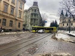 У Львові комунальний автобус перекрив вулицю