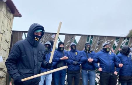 Національний Корпус заблокував підприємства Козака і Медведчука на Львівщині