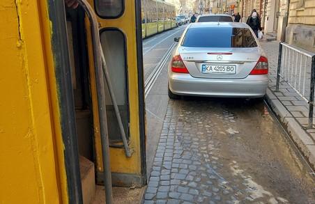 У Львові неправильно припаркований легковик заблокував рух трамваїв