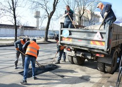 У Львові почали латати ями на дорогах гарячим асфальтом (ФОТО)