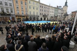 У Львові на площі Ринок урочисто заспівали «Ще не вмерла Україна» і розгорнули великий національний прапор