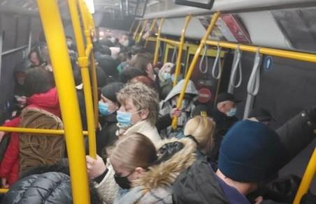 Не дивлячись на стрімке зростання захворюваності на COVID-19 у Львові, комунальні автобуси переповнені