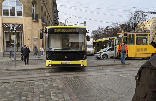 У центрі Львова комунальний автобус опинився на острівці безпеки