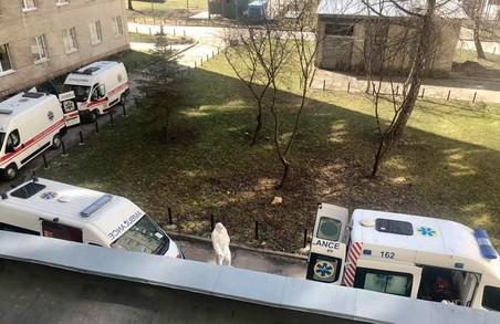 У Львові біля «лікарні на Топольній» вишукувалася черга «швидких» із «ковідними» пацієнтами