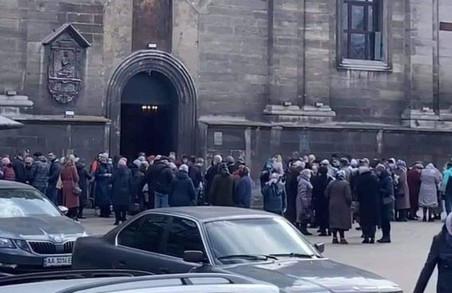 У Львові під час суворого карантину біля церков спостерігають натовпи людей