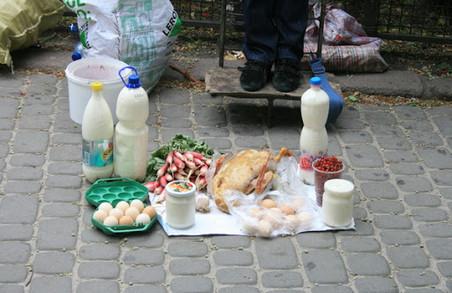 На площі Соборній у Львові в час локдауну процвітає вулична торгівля (ВІДЕО)