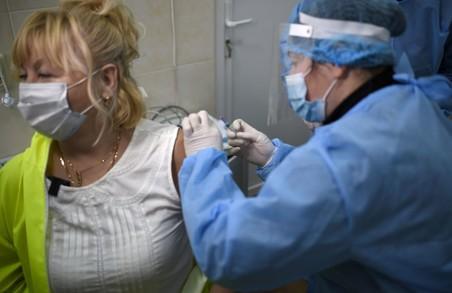 В Україні протягом минулої доби від COVID-19 вакцинували більше 15,5 тисяч осіб