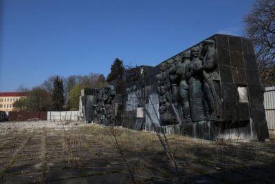 """У Львові демонтують барельєфи радянського монументу """"Слави"""""""